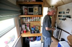 formerly-homeless-couple-living-simply-in-tiny-house-003-600x398